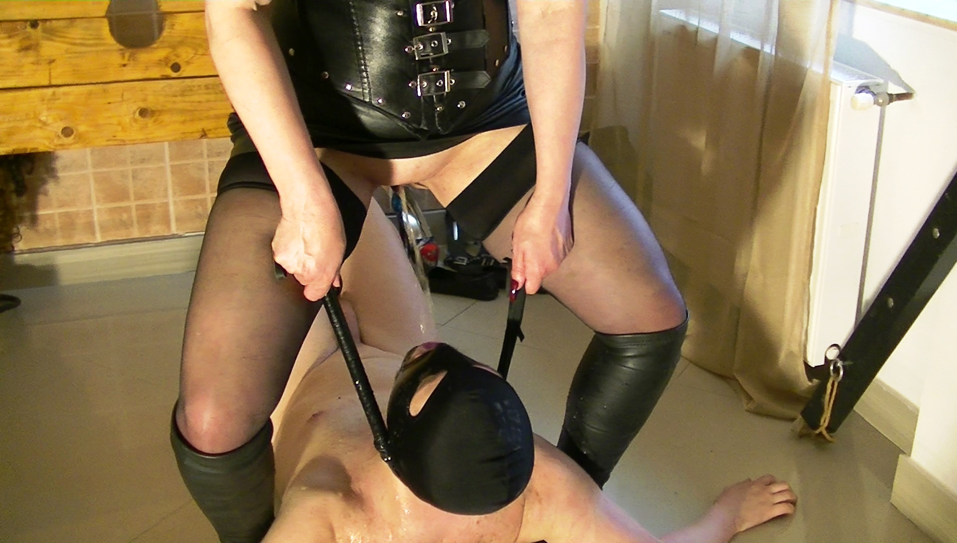 gay pissing domina